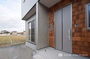 ガルバリウム外壁+無垢アクセントパネルのモダンハウス