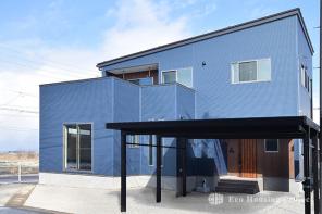 シンプルモダン・ブルーのガルバリウム鋼板の家