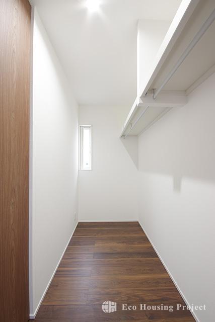 ヴィンテージスタイル・吹抜けのあるウォルナット無垢床の家