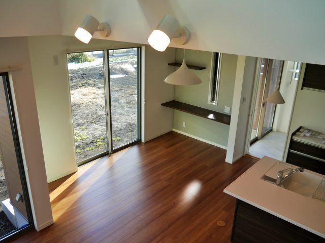 フルハイドア・梁表しの吹抜け・オープン階段の明るい家
