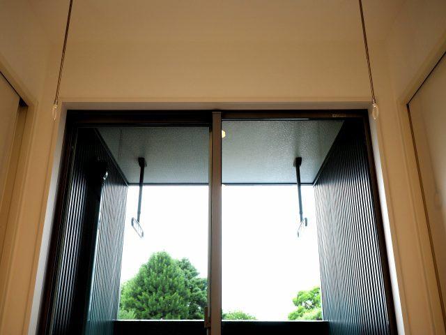 黒のガルバリウム外壁に木目調をアクセントとしたモダンハウス