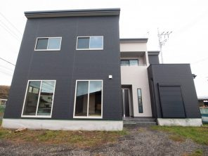 黒に白のアクセントを付けたモダンな外観のお家が完成しました。